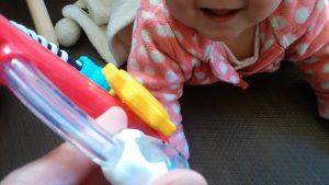 フィッシャープライスで遊ぶ赤ちゃん